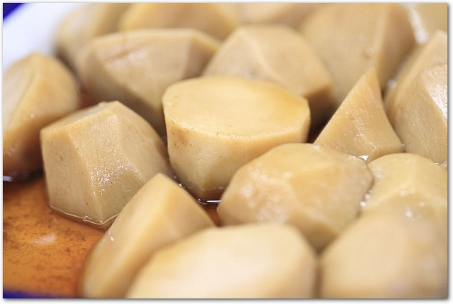 醤油色に甘付けした里芋の煮物