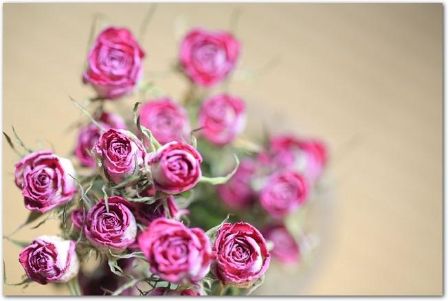ピンクの薔薇のドライフラワーの花束
