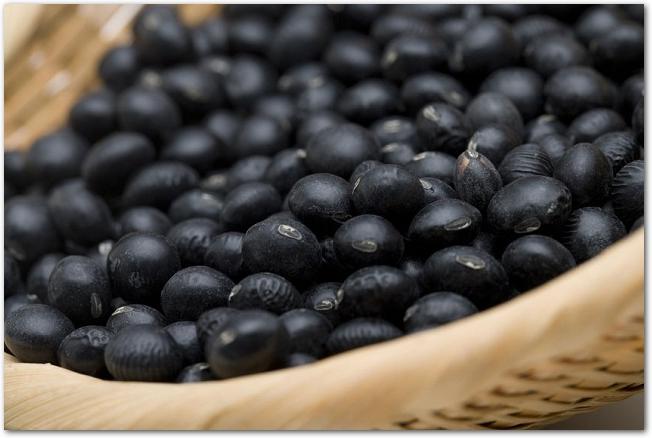 ザルに盛られた黒豆