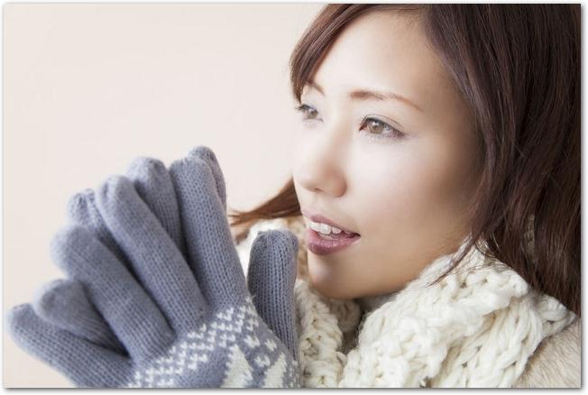 手袋をした笑顔の女性