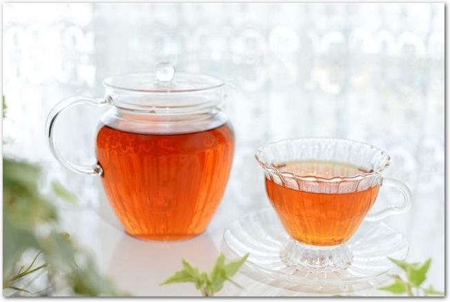 一杯の黒豆茶とガラスのポット