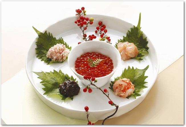 いくらや海産物の珍味が盛りつけられたお皿