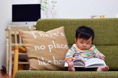 赤ちゃんが絵本をめくる