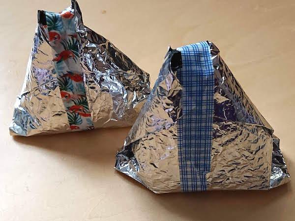 おにぎりをパリパリ海苔で包装が完成