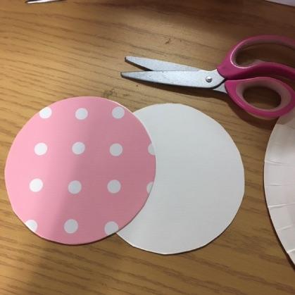 ぶんぶんごま紙皿工作の手順1