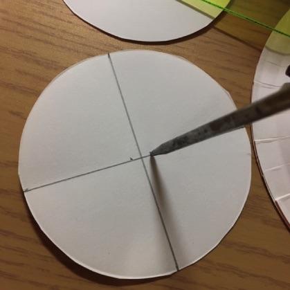 ぶんぶんごま紙皿工作の手順4