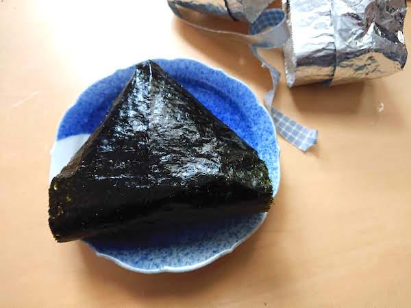 コンビニ風包装を開封したパリパリ海苔のおにぎり