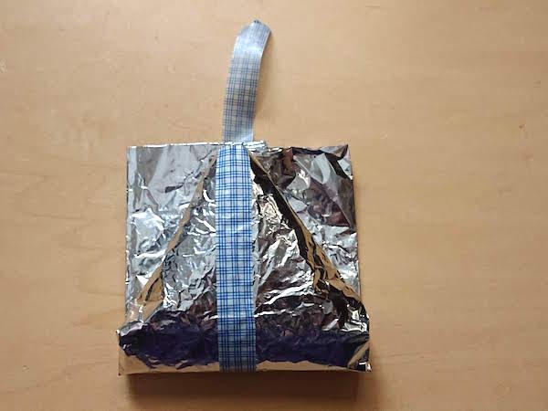 おにぎりをアルミホイルとマスキングテープで包む手順8