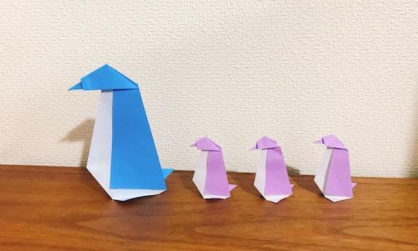 折り紙のペンギンが立つ