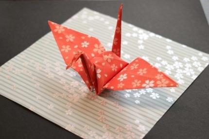 柄の折り紙で折った鶴