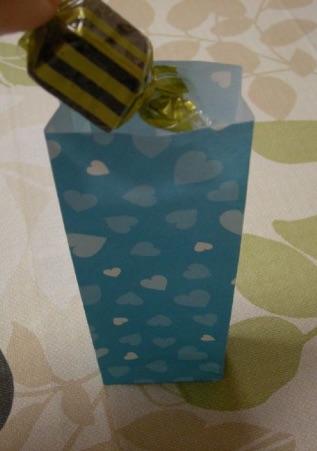 折り紙ギフトバッグにチョコレートを入れる