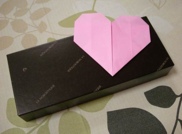 ハートの折り紙をプレゼントに添える