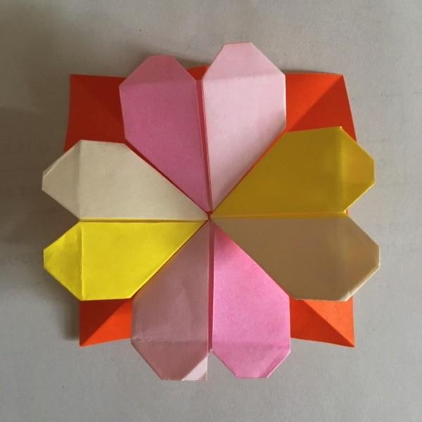 折り紙のハートを組み合わせてクローバーに