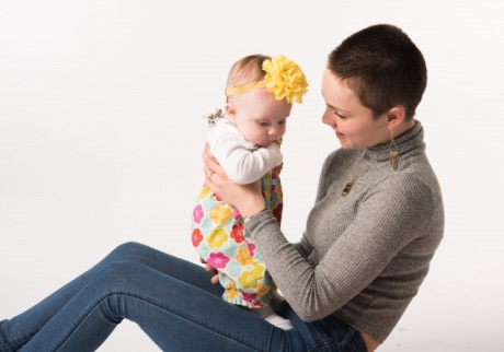ヘアバンドをつけた赤ちゃん