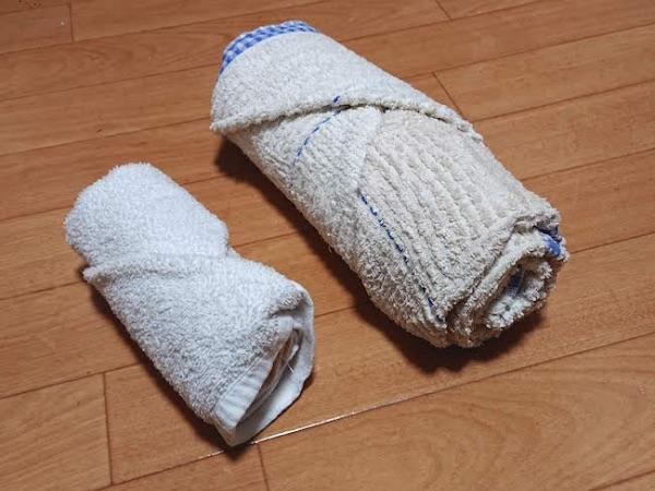 丸めてたたんだタオルとバスタオル