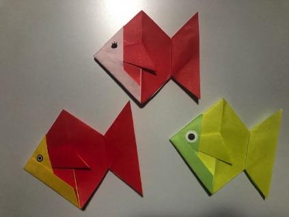 折り紙の金魚に目を入れる