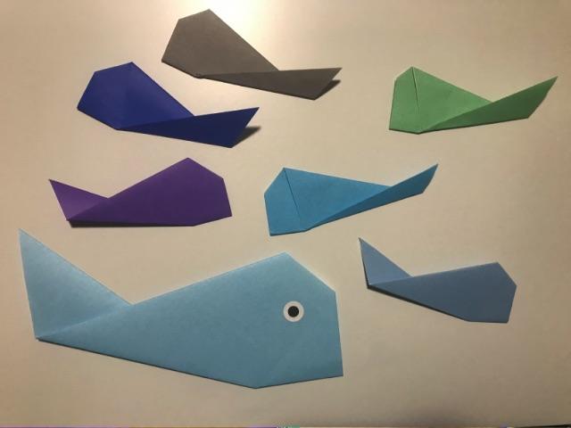 折り紙で折った大きい魚と小さい魚